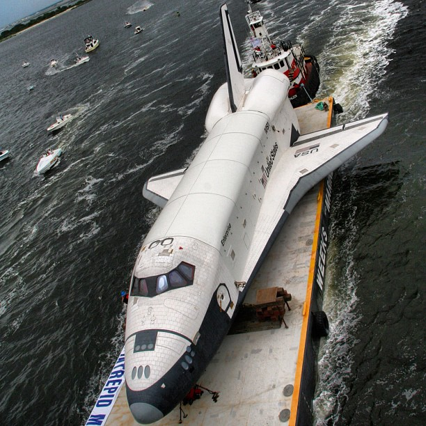 rawphoto_nyc_hudson_space_shuttle_rivertowing